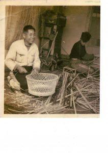 弟子と一緒にかごを編む初代三浦花市