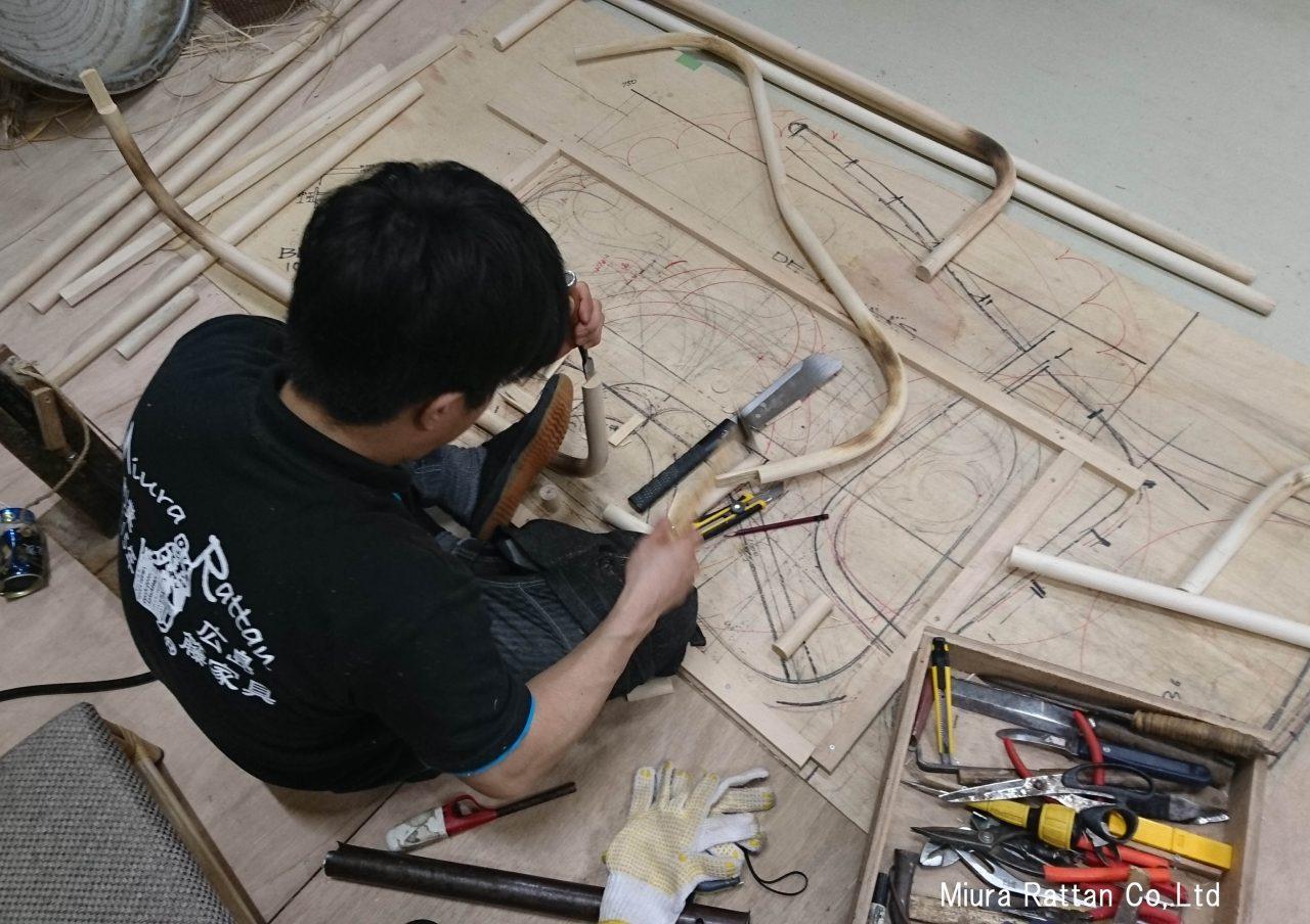 籐ベッドの足の部分製作中