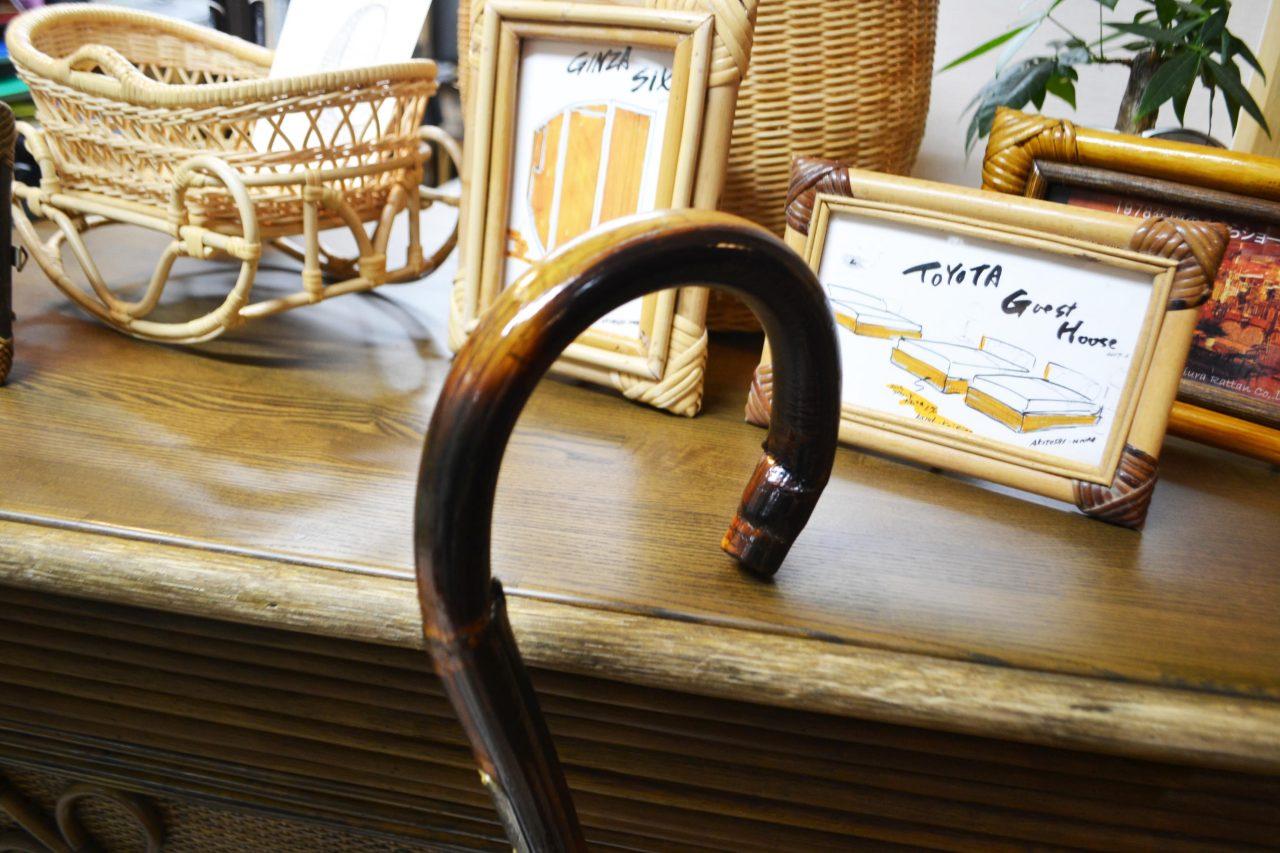 美しく曲げられた籐の杖