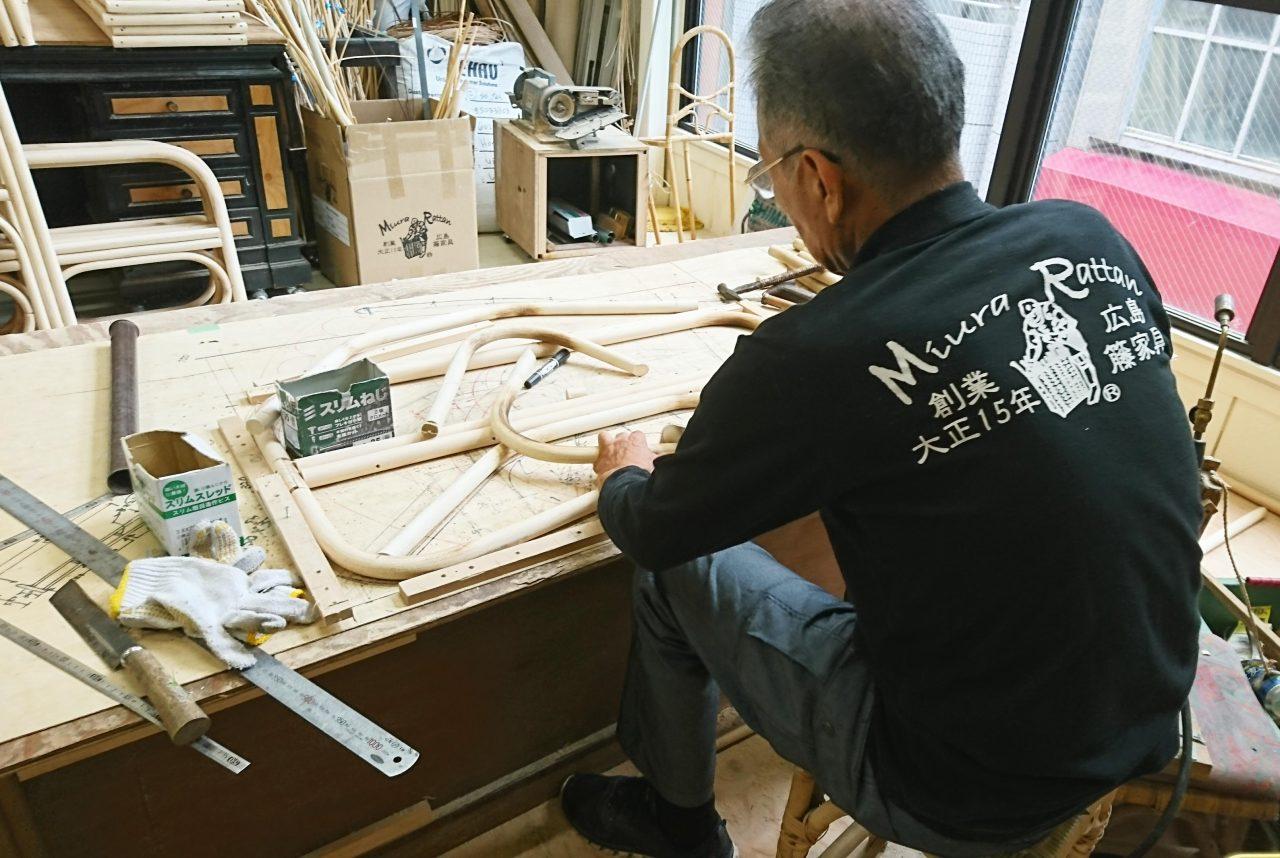 コツコツとベッドを製作する職人