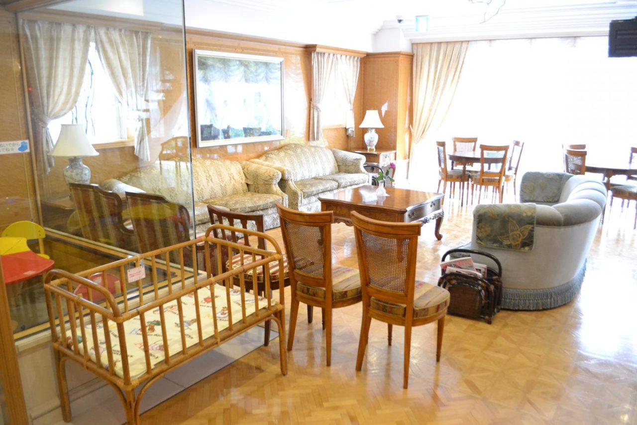 待合室にも籐家具が置かれ癒しの空間を演出