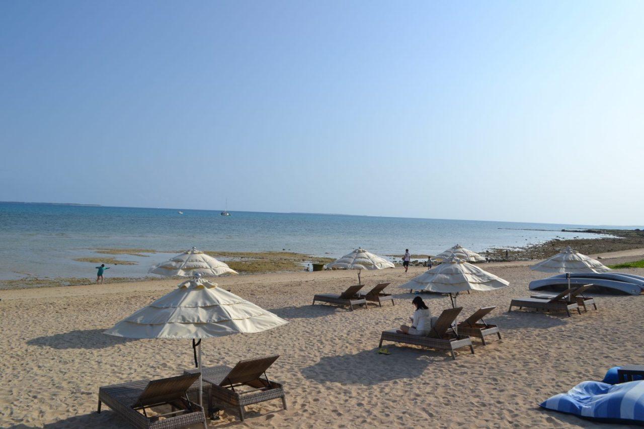 美しいビーチと人工ラタン