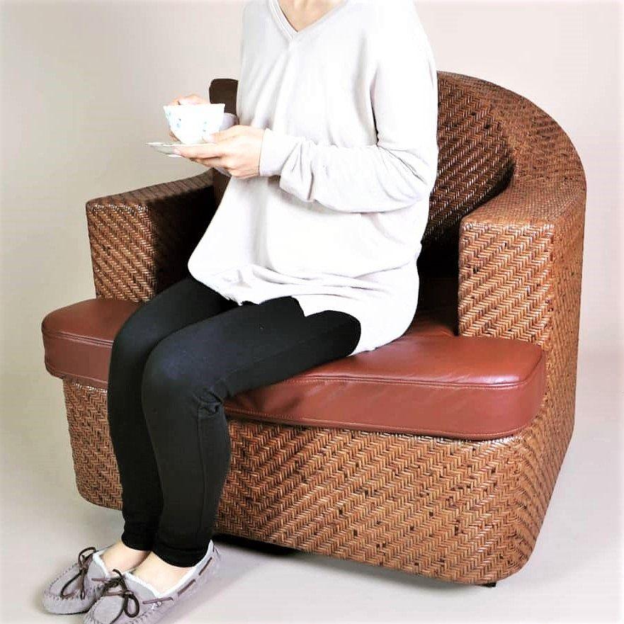 網代天然籐ソファ座っているイメージ