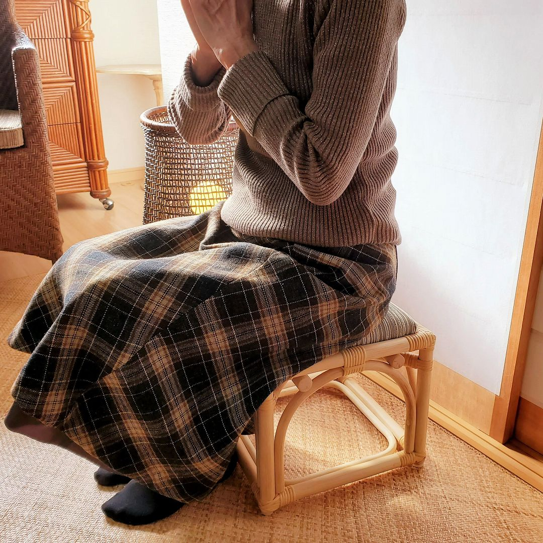 ピッコロスツール(ナチュラル)座りイメージ
