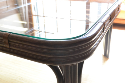 籐独特の丸みのあるテーブルトップ。