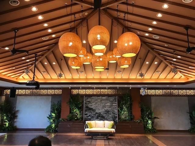 結婚式場の広間を加齢に彩るランプシェード