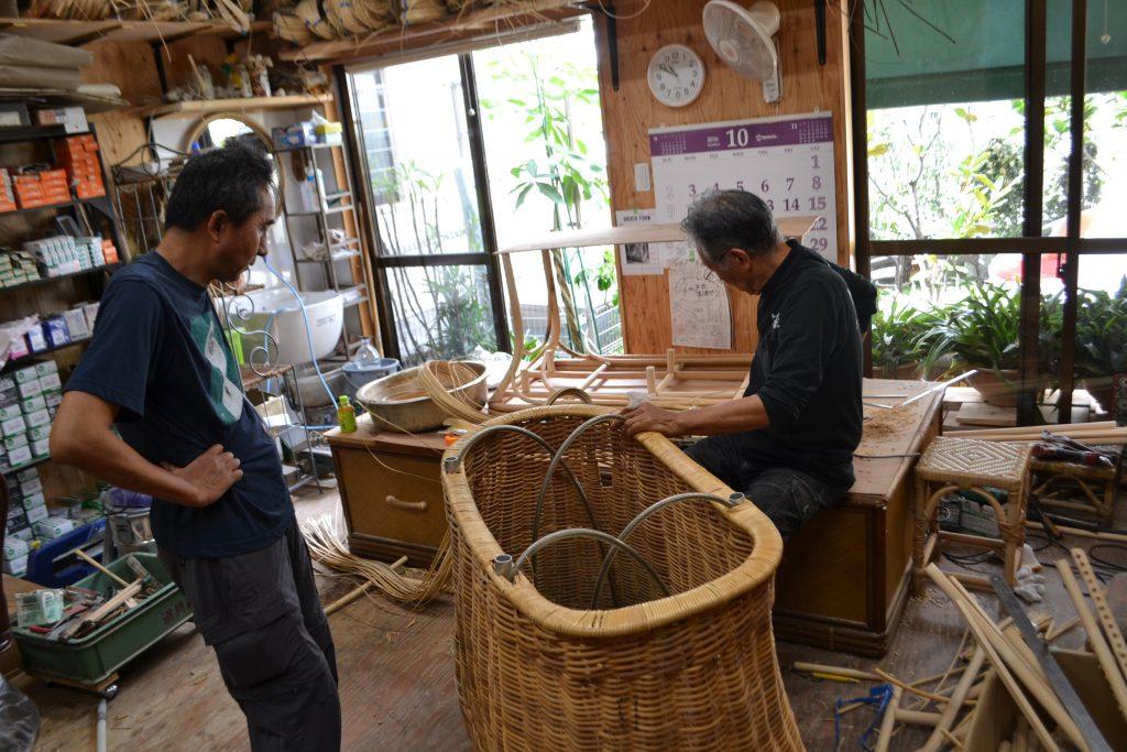 熱気球のバスケットを製作する職人と倉重さん