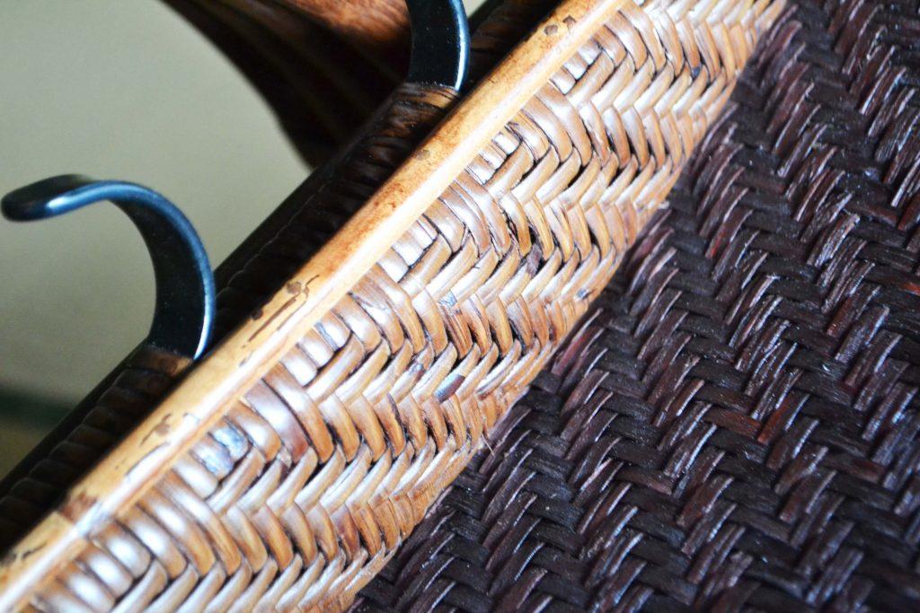 裏まで綿密に籐のピールで編まれた