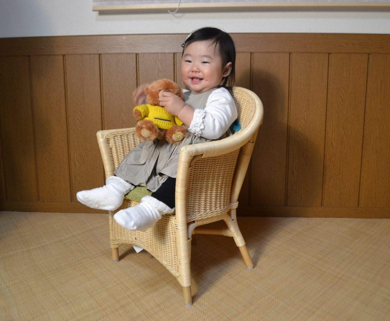 赤ちゃんと籐ベビーチェア