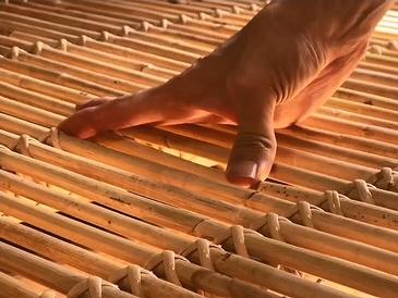 一本一本がこのようにしなり、フレームから籐の結び目まで、全て柔軟性のある「籐(とう)」で出来ているため体をやさしく受け止めてくれます。