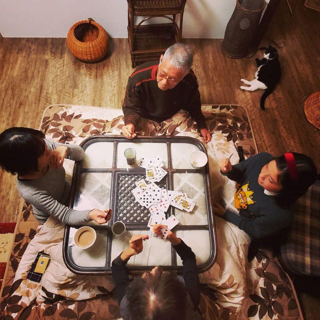 家族団欒(だんらん)のひととき。籐こたつテーブルが思い出を創る。
